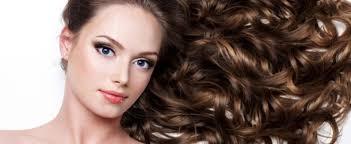 saçlarına hindistan cevizi yağı sürerek dolgun, hacimli , sağlıklı ve gür saçlara kavuşmuş bir kadın