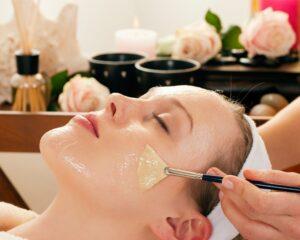 ayva çekirdeği kremi ile cildini nemlendiren bir kadın