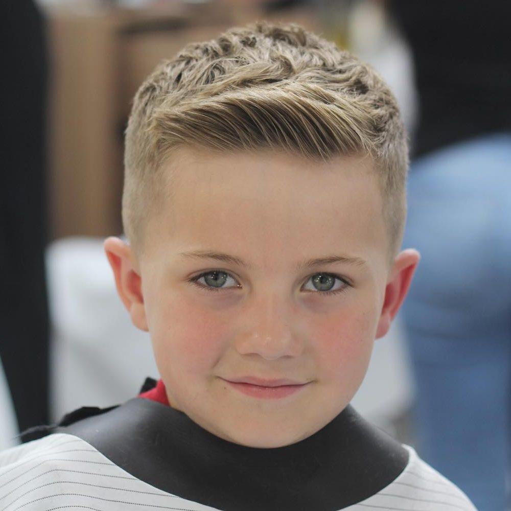 düz ve kısa saçlı sarışın erkek çocuğu saç kesimi